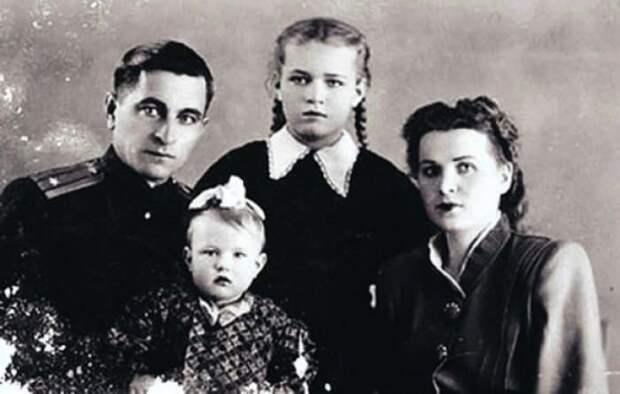 Людмила Чурсина в детстве с родителями и сестрой | Фото: 2aktera.ru