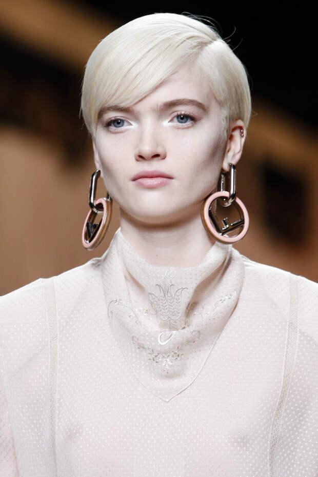 Модные круглые сережки Fendi