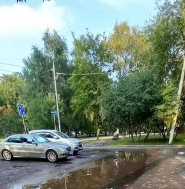 Во дворе дома на Полярной откачали воду из лужи
