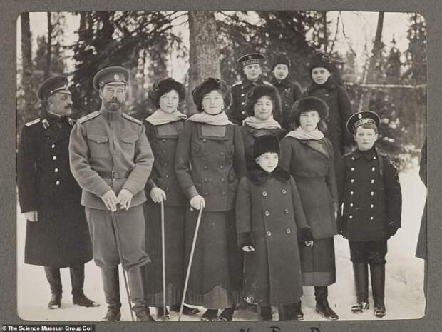 Прогулки, охота, веселые игры: на редких фото запечатлены будни царской семьи до ссылки иказни