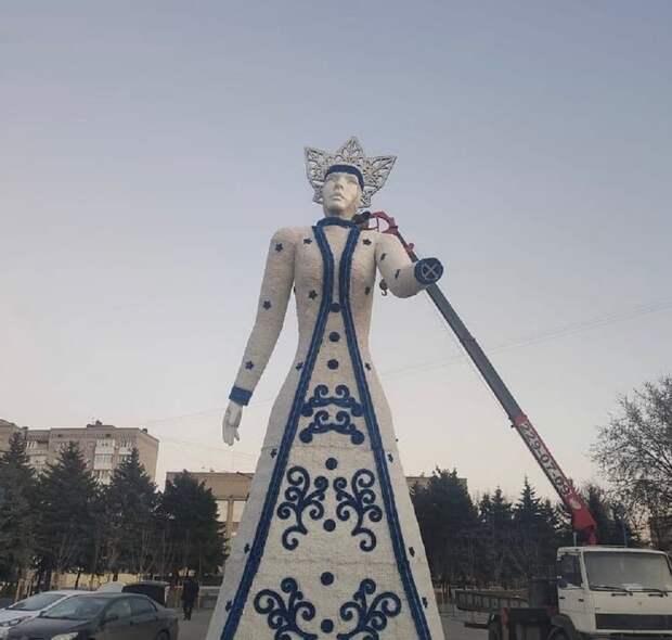 Пугало: В Аксае (Ростовская область) перед зданием мэрии установили Снежную королеву
