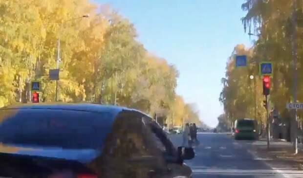 В Тюмени черная Honda Civic чуть не сбила ребенка выехав на красный свет