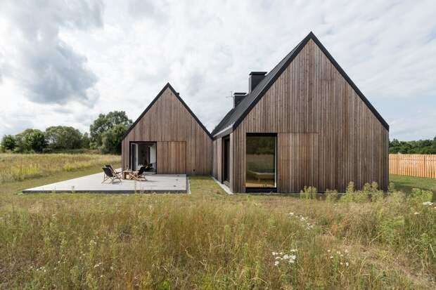Деревянный дом на краю луга в Польше