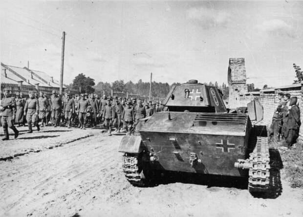 отбитый легкий танк Т-70 и немецкие пленные
