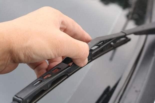 Уход за стеклоочистителями автомобиля. /Фото: atkweb.ru.
