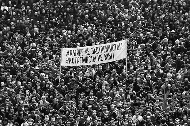 Митинг в центре Еревана в феврале 1988 года.