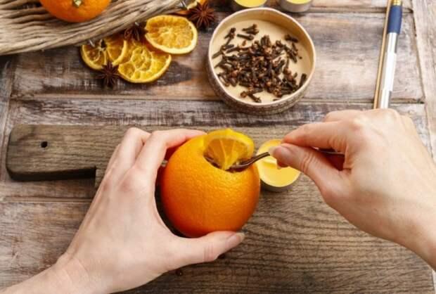 Из корочек апельсина и гвоздики получится отличный освежитель воздуха. /Фото: polsov.com
