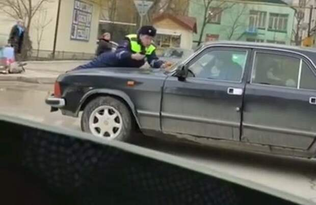 Дагестанского гаишника прокатили на капоте