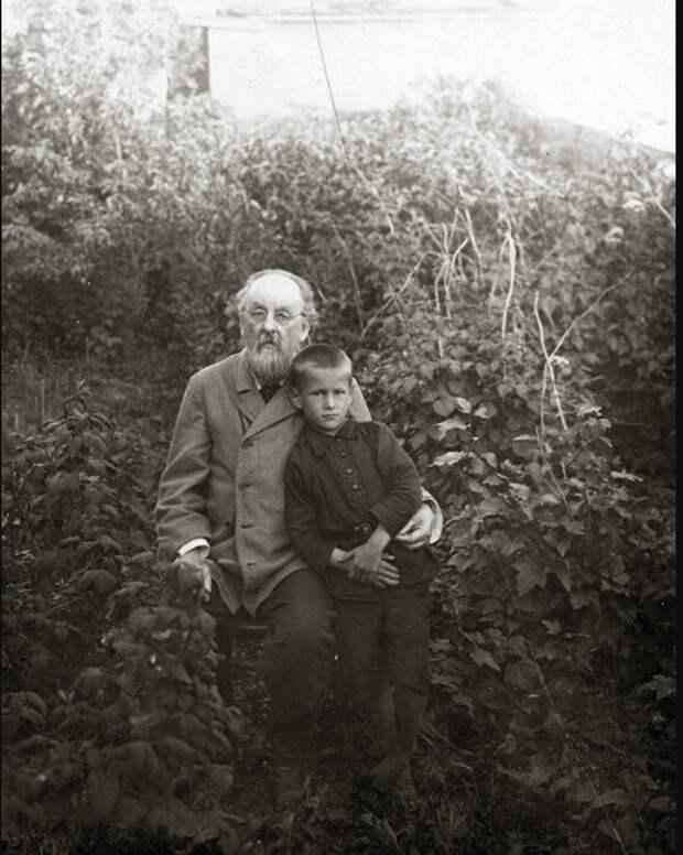 Константин Эдуардович Циолковский с внуком Владимиром, 1928 году.