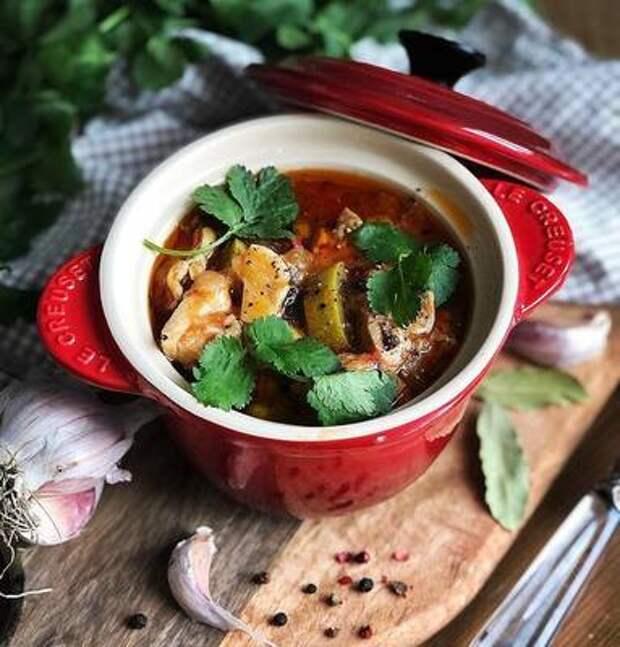 Сытный обед за 30 минут: готовим сытное рагу с курицей