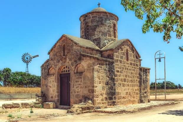 Россияне смогут в этом сезоне отдохнуть на Кипре, заявил министр туризма острова