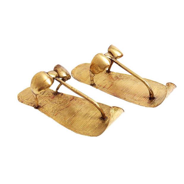 Сохранившиеся золотые части сандалий.