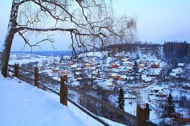 2. Плёс Плёс – это небольшой поселок на Волге, прозванный русской Швейцарией, благодаря своим золотым пляжам летом и горнолыжным склонам зимой. Плёс – это отличная альтернатива поездке в Финляндию, Англию или Японию. Здесь вас очаруют изысканные пейзажи, которые были увековечены Левитаном на его полотнах, а если ленивый отдых наскучит, вы сможете насладиться достопримечательностями, которых здесь тоже немало.