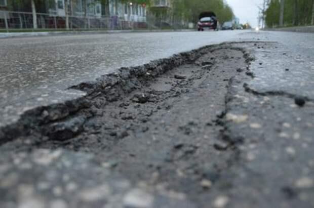 Британец латает ямы на дорогах кукольными головами (ФОТО)