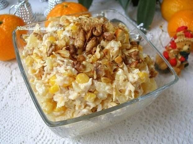Салат с курицей, сыром и ананасом.