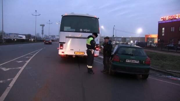 Водитель Lexus сбил инспектора ДПС в Лужском районе Ленобласти