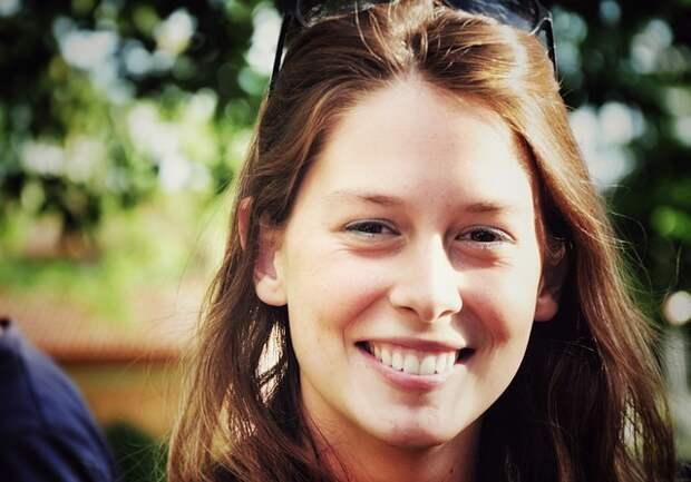 девушка без макияжа улыбается