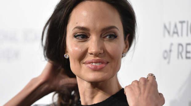 «Ваши дети не хотят, чтобы вы были идеальными»: Анджелина Джоли дала советы родителям на карантине