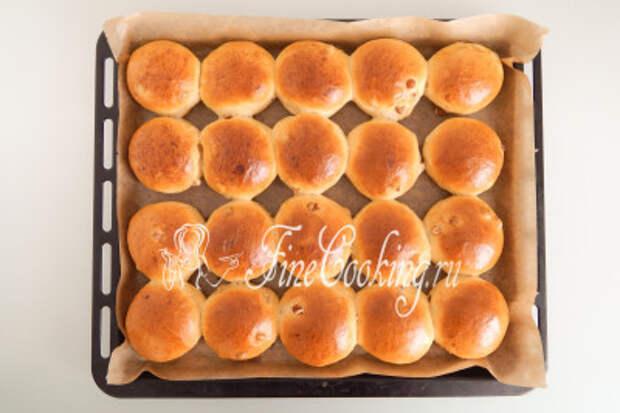 Выпекаем домашние булочки с изюмом при 180 градусах около 30-35 минут