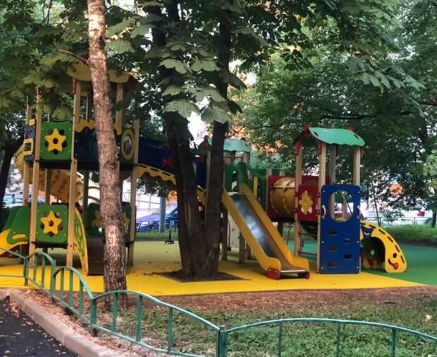Лавочки на детской площадке на улице Усиевича появятся до конца недели