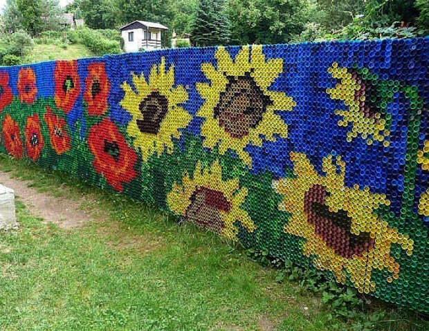 Забор, украшенный крышками.
