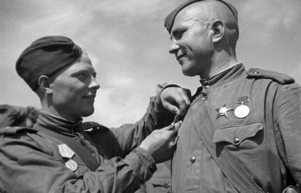 Почему советские солдаты носили пилотки, хотя толку от них было мало?