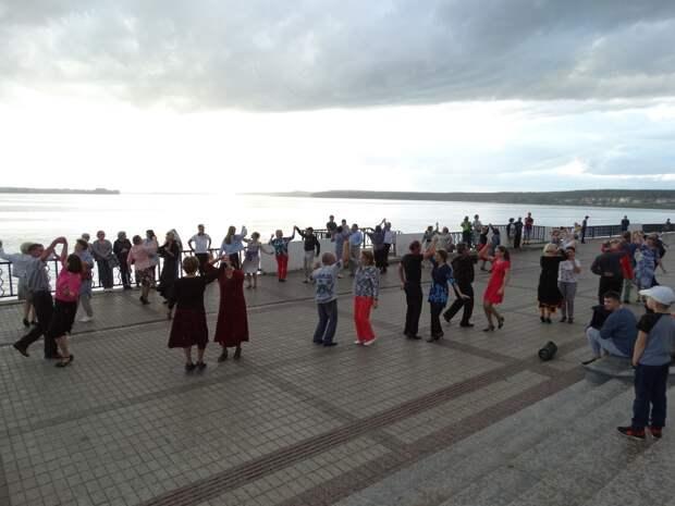 Бесплатные уроки «Танцы на набережной» начали проводить в Воткинске