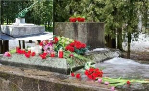 На фото: неизвестными был разрушен памятник на воинской братской могиле в самом центре Екабпилса