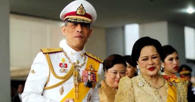 Самоизоляция по-королевски: монарх Таиланда взял в карантин 20 любовниц