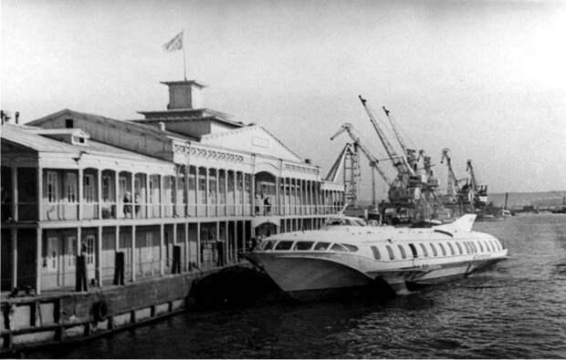 Погрузка пассажиров с дебаркадера на судно на подводных крыльях, 1960-е годы. /Фото: radikal.ru