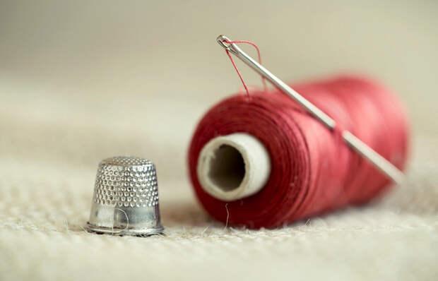 Как легко вставить нитку в иголку без мучительных «прицеливаний»