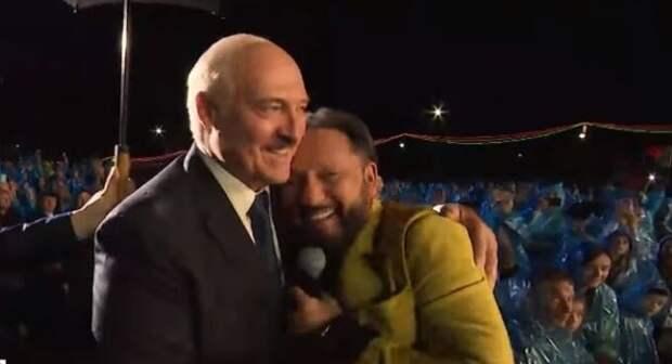 Стас Михайлов прервал концерт, чтобы обняться под дождем с Лукашенко