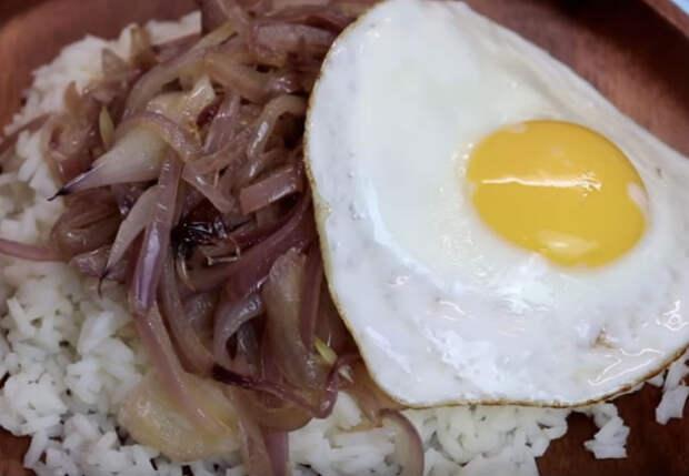 Рис, лук и яйцо: ужин на всех из трех продуктов