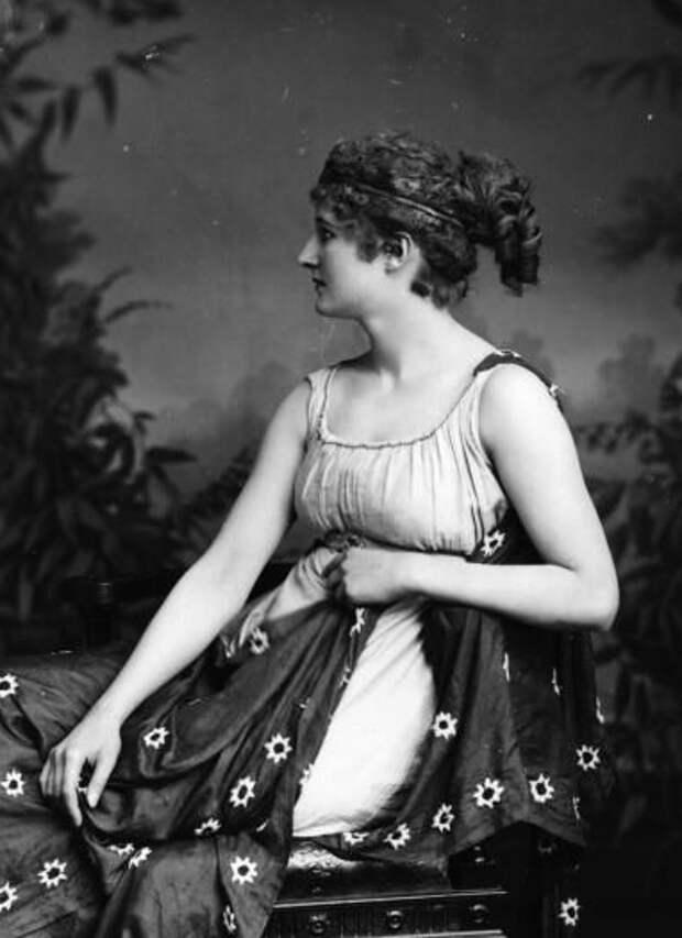 Актриса (возможно Мэри Андерсон) в роли Гипатии 1900
