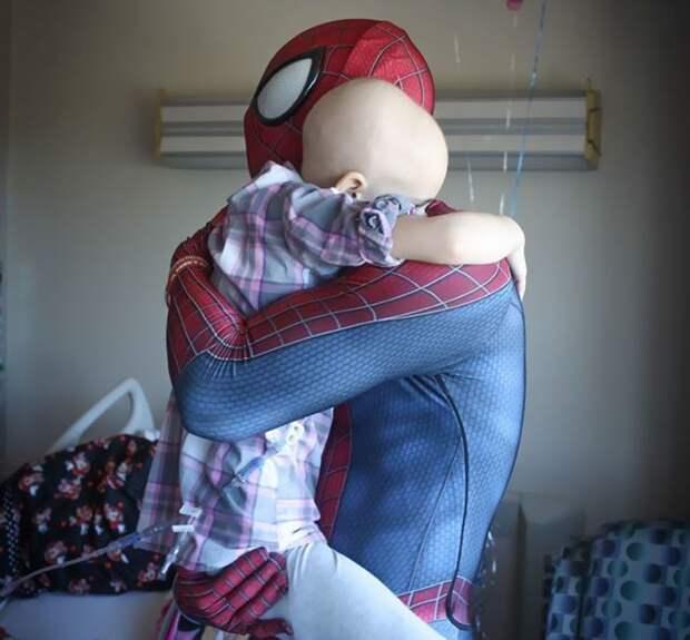 Еще в 2014 году он не знал, в чем его призвание, пока не увидел сон болезнь, герой, история, костюм, мужчина, помощь, ребенок, человек паук