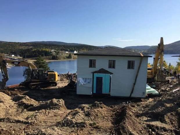 Семейная пара из Канады перевезла 100-летний дом по воде на другой берег