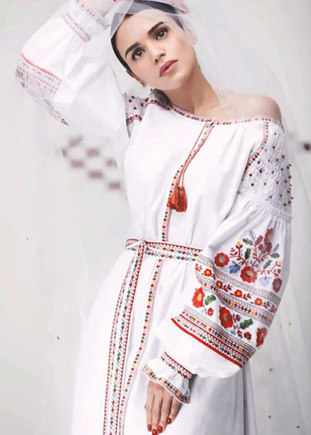 платье с белой вышивкой