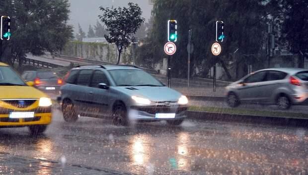 Водителей Подмосковья предупредили о сильном дожде и ветре до конца среды