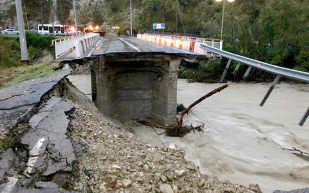 На Кубани разбушевалась стихия: водой сносит мосты и автомобили