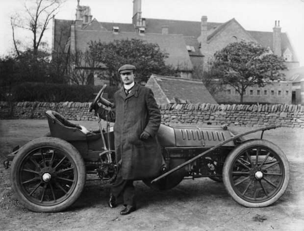 Здесь Роллс позирует на фоне английского 'Вулзли', на котором он стартовал в кубке Гордон-Беннетта 1905 года rollce-royce, авиация, авто, автоистория, история, летчик, факты, чарльз роллс