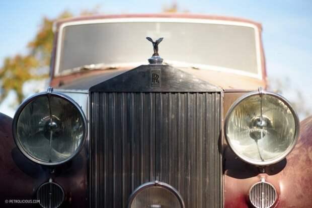 Редкие олдтаймеры среди груды хлама в старом гараже ferrari, авто, автомобили, гараж, находка, олдтаймер, ретро авто