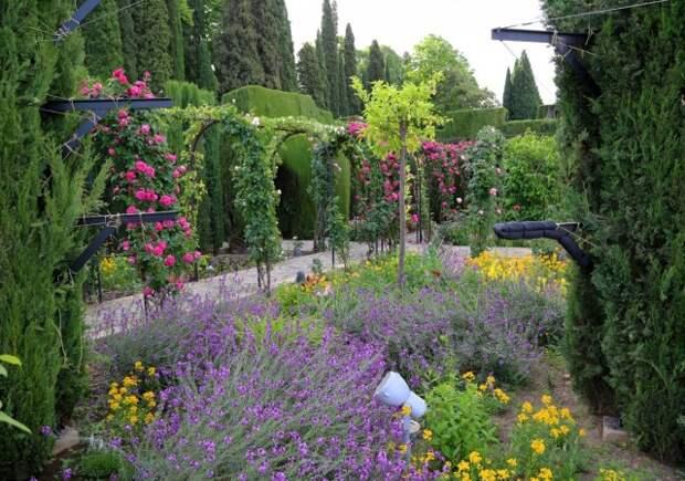 Мусульманский сад - это буйство красок и растений, вписанное в строгие геометрические формы