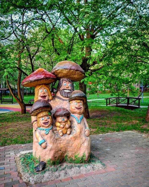 В Лианозовском парке покрасили декоративные фигуры