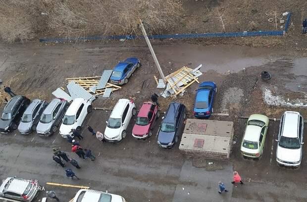 Ураганный ветер натворил много бед для автомобилистов. Фото: ВКонтакте