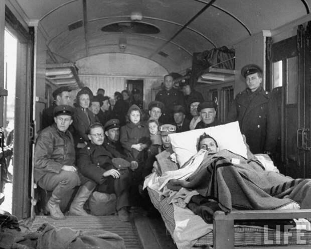 Группа советских техников и членов их семей, покидающих город после демонтажа завода