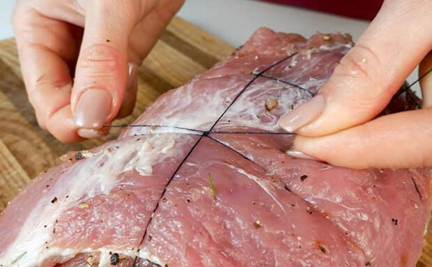 Сворачиваем килограмм мяса в сочный рулет: подаем как нарезку и основным блюдом с гарниром
