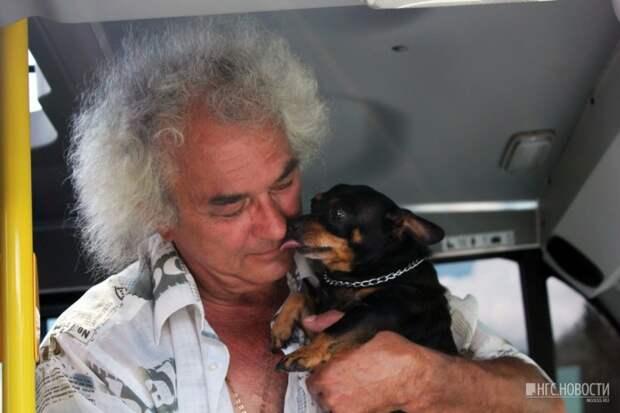 В омской маршрутке с водителем ездит милый пес Чарлик