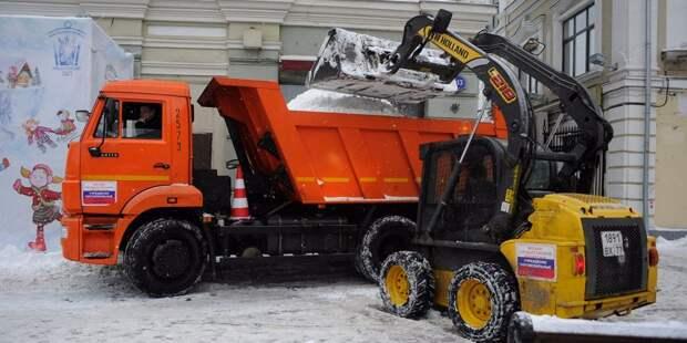 На улице Лётчика Бабушкина очистили проезжую часть и парковки от снега