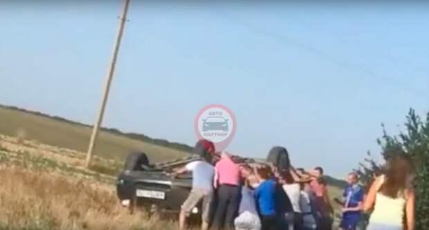 В Крыму из-за ветра перевернулась машина с детьми (ВИДЕО)