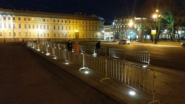 На Дворцовой площади появились заборы после предупреждений властей о несогласованных акциях